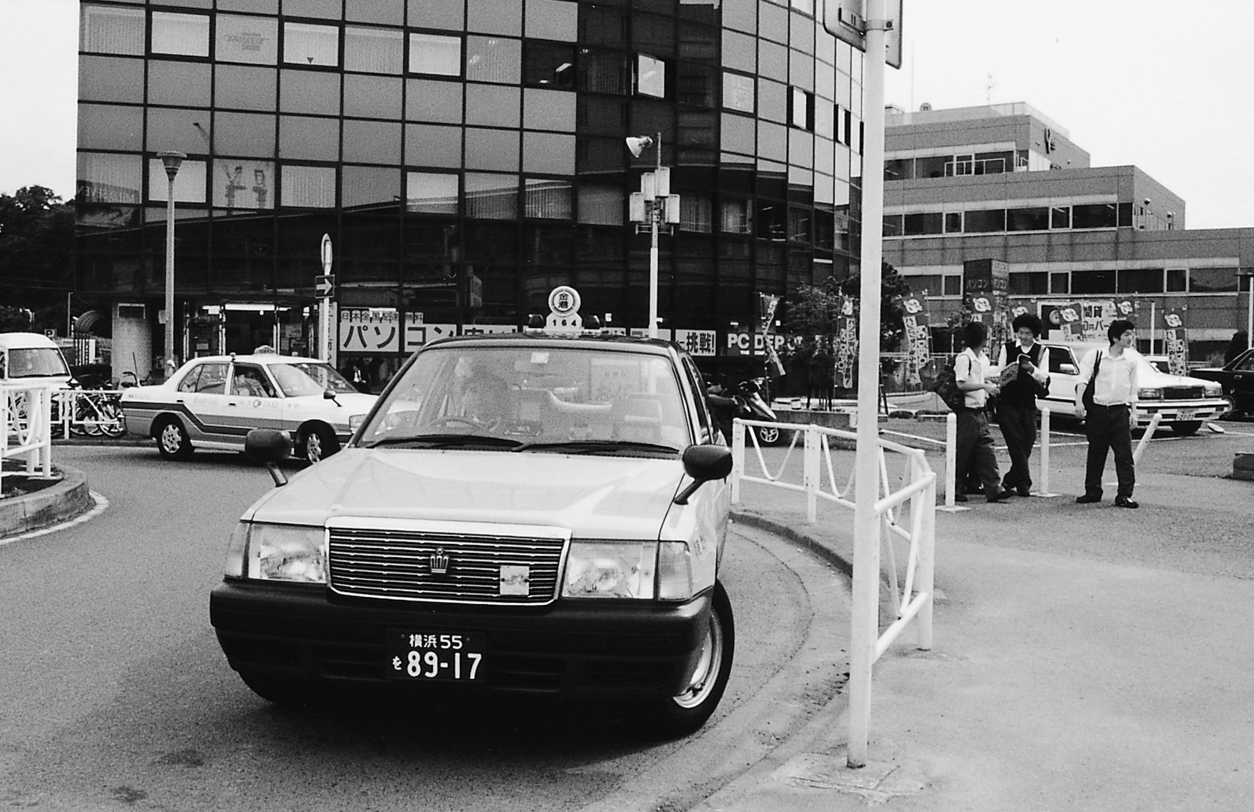 ベージュの車体が目印の金港交通㈱のタクシー