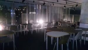 深夜のシェアオフィス風景