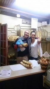 村に1軒のパン屋さん。日本のブログに載ると言ったら、お客さんと一緒に喜んでポーズをとってくれた