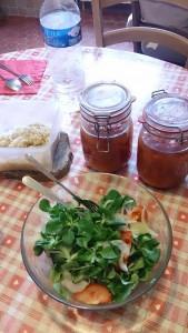 夏の間に収穫したトマトを水煮にして瓶詰に