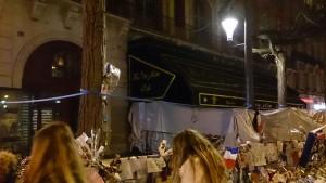 同時多発テロの舞台の1つとなったバタクラン劇場には、たくさんの花やキャンドルが供えられていた
