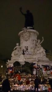 同時多発テロ事件直後、共和国の象徴とも言えるレピュブリック広場には、多くの人々が申し合わせたかのように集まってきたという