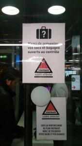 ポンピドゥーセンター入り口では、入場者の手荷物検査が行われていた