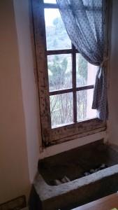 私が泊まった部屋の窓には、鎧戸のみならず、内側に石の火鉢のようなのものが取り付けられていた。用途は誰も知らない