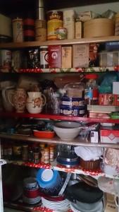 知人の家のパンドリーには、さまざまな食品が所狭しと並べられている