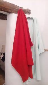 フランスのバスタオルは日本の1.5~2倍のビッグサイズ。隣に掛けられたバスローブと比べると、その大きさがわかる