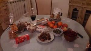 プロバンス地方では、クリスマス・イブに、12使徒にキリストを加えた13種類のお菓子や果物を用意する。写真中央奥に見えるのは、私が日本から持参したきなこ菓子