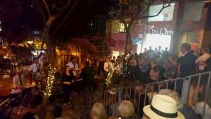 街中の大きな石段の踊り場をステージに、ホーン・セクションを携えたビッグバンドがファンキー・ミュージックを演奏中。観客席となった石段は、100人を上回るノリノリの観客で溢れかえっていた