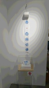 展示物の中には、トイレットペーパーを利用したアートなど、ユニークな作品も。このトイレットペーパーでは、とてもお尻は拭けませんが・・・