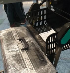 南アの友人に、スーツケースは鍵を掛けた上で、開けられにくいカバーに入れるか、あるいはラッピングするように言われたが、国内で手に入るカバーはスーツケースの汚損防止を主眼にしたものばかり。結果、羽田空港のラッピングサービスを利用することになった。ここでは回転式の台の上にスーツケースを乗せ、クルクルと回転させながら、あっという間にスーツケースを何重にもラッピング。最後に持ち手やキャスター部分をカットしてくれる。