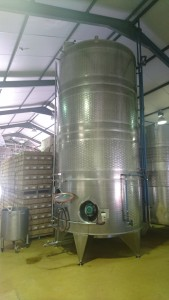 ワインというと木製の樽をイメージするが、それは赤ワインのこと。白ワインは金属の樽で寝かされるそうだ