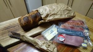 「BABYLONSTOREN」で購入したパンや畜肉加工製品は、ケープタウンでの最後の晩餐を彩ることになった