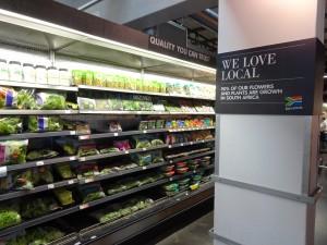 """Woolworthsの""""地産地消""""を旗印にした野菜売り場。店内は米国のWHOLE FOODSを彷彿とさせるようなおしゃれな雰囲気だった"""