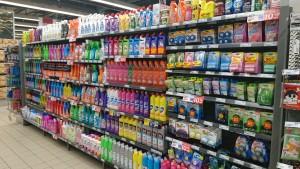 """Pick n Pay店頭における洗剤の品揃え。小型店でも、洗剤の品揃えは豊富。洗剤容器のカラフルな色使いは、識字率の低い同国において、文字の読めない買い物客でも""""いつもの商品""""が識別できるように配慮した結果だ"""