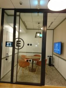 会議室壁面にはディスプレイが設置されており、プロジェクターを使うことなく、個人のPC上のデータを手軽に投影することができる