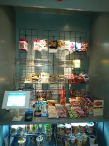キッチン横のお菓子やスナックの売り場は、言ってみれば「オフィスグリコ」のコーナー展開バージョン。オフィスグリコが貯金箱を利用した現金払いなら、こちらは電子決済システムを採用している。