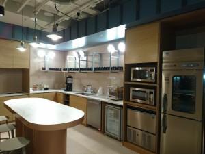 キッチンコーナーではソフトドリンクやビールを無料で飲むことができる。