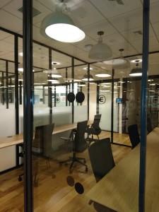 ワークスペースとしてのブース壁面は透明なガラス製で、外から中の様子が丸見えだ