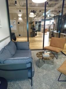 ミーティングルームには、会議室以外に応接スペースもある