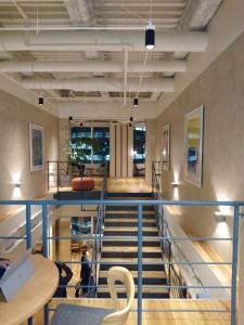ロビー中央に設けられた階段は、メンバー間のコミュニケーションの活性化に一役買っているそうだ