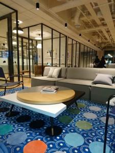 エントランスロビーでは、優しい色合いのソファーが訪問者の緊張感を解きほぐしてくれる