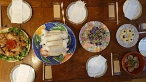 左から、北海道料理をアレンジした「エスニック・ザンギ」「ジンギスカン・ブリトー」「表参道ぐるぐる豚バラ巻」「北海道アミューズブーシュ」